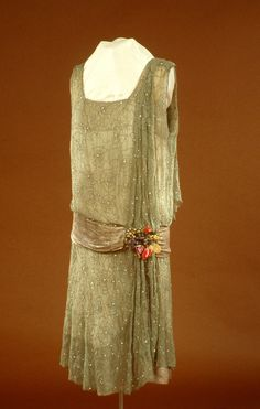 1925 - 1927 American Evening Dress made of Silk, Glass Beads, & Rhinestones 30s Fashion, Art Deco Fashion, Fashion History, Vintage Fashion, Fashion Design, Antique Clothing, Historical Clothing, Style Année 20, 1920s Style