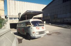 Varetransport i Tiedemanns varebil. Reklame for South State og Rulett på bilen