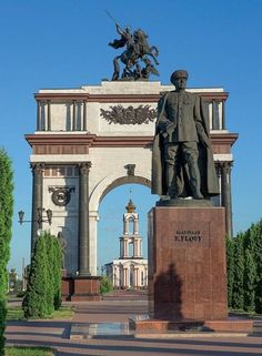 Statue of Marshal Georgy Zhukov and the Triumphal Arch at the Kursk Battle Memorial Complex, Russia. Largest Countries, Countries Of The World, Bolshevik Revolution, Russian Revolution, Ukraine, Russian Federation, Interesting History, Soviet Union, Sculptures
