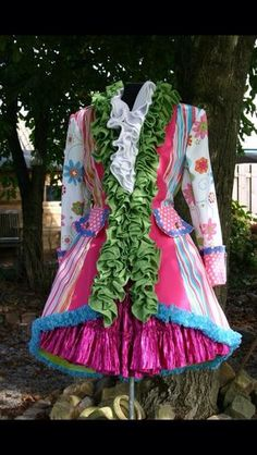 -- Too many different fabrics for my taste. But there's something about that green ruffle that's mesmerizing. Theatre Costumes, Adult Costumes, Halloween Cosplay, Halloween Costumes, Fancy Dress, Dress Up, Carnival Dress, Costume Carnaval, Vintage Outfits