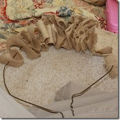 Guirnalda de la arpillera con Tela Flores Tutorial by On the Banks of Squaw Creek Christmas Crafts To Make, Fall Crafts, Christmas Wreaths, Xmas, Burlap Wreath Tutorial, Diy Wreath, Rag Wreaths, Burlap Projects, Burlap Crafts