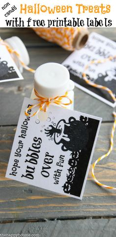 Non Candy Halloween Treats - includes the free printable tag! Non Candy Halloween Treats - includes the free printable tag! Halloween Gift Bags, Halloween Treats For Kids, Halloween Labels, Halloween Goodies, Halloween Projects, Cute Halloween, Holidays Halloween, Halloween Decorations, Halloween Ideas