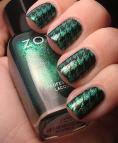 Dark green dogtooth nails.... wonder if I could do this in the bathroom... Like striped or chevron