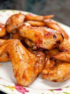 Alitas de pollo al horno con salsa BBQ - 1 kg de alas de pollo 1 cebolla pequeña 2 dientes de ajo 1 cucharada de mantequilla ½ taza de salsa de tomate kétchup ¼ de taza de agua ¼ de taza de miel 2 cucharadas de azúcar 1 cucharadita de mostaza 3 cucharadas de salsa inglesa 1 cucharadita de pimienta Preparación: Sofríe la cebolla y los dientes de ajo en una olla a fuego medio con la mantequilla y aceite de oliva. Agrega todos los ingredientes menos alitas. Revuelve bien y deja cocinar 20…