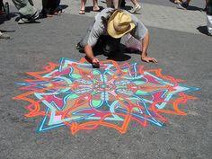 Un artiste magnifie les rues en dessinant d'hypnotisantes fresques éphémères avec du sable coloré