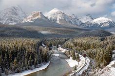 Rio Bow, Canadá. Uma estrada de trem passa por esta paisagem maravilhosa. Uma viagem perfeita com cenários exuberantes.