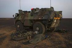 Soldats dormant au pied de leur VAB à 100 km au nord de Gao