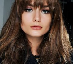 1-quelle-couleur-de-cheveux-brune-yeux-bleus-femme-tendance