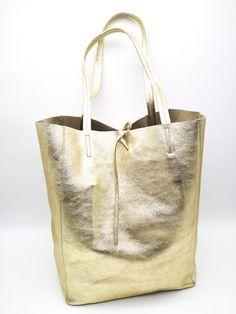 Arany fényű kiváló minőségű bőr és időtlen olasz design. Vagány női táska , belsejében egy darab cipzáros zseb található. A válltáska két megkötő segítségével zárható. Méret: 40x37x11 cm Burlap, Reusable Tote Bags, Hessian Fabric, Jute, Canvas