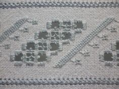Bordado sobre tecido comum de algodão, usando bordado Hardanger e Bainha aberta. Bordado a fios contados.