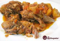 Un estofado o guiso de conejo que nos adelanta el Otoño. Con una salsa exquisita a base de hortalizas y patatas con cerveza. Preparación paso a paso y fotos.