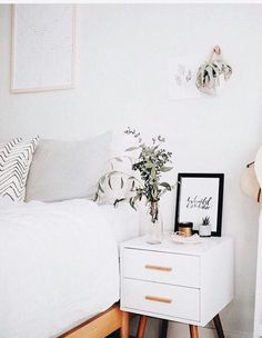 Bedroom décor ideas, with mid-century furniture We are want to say thanks if yo. - Decoration for All Minimalism Living, Home Bedroom, Master Bedroom, Bedroom Furniture, Furniture Plans, Kids Furniture, System Furniture, Furniture Chairs, White Furniture