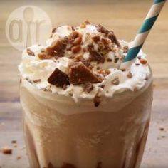 """Dit drankje lijkt op een chocolade smoothie, maar laat je niet misleiden. """"Mudslide"""" is een alcoholisch drankje met wodka, Irish cream en koffielikeur. Een heerlijke afsluiter van een feestelijke maaltijd! Bekijk ook de video van dit recept!"""