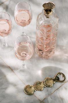 Maak een reis rond de wereld met de Shell flesopener van À la. De leukste manier om jouw drankje te openen is met een tropische flessenopener, toch? Hiermee maak je absoluut indruk op je al je gasten. Proost! #flesopener #schelpendecoratie #woontrends2020 #fonQinhuis #fonQnl #shelldecorations Napkin Rings, Bottle Opener, Shells, Perfume Bottles, Pottery, Brass, Retro, Instagram, Tableware