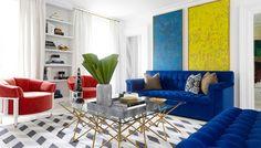 1-salon-blanco-sofas-azules-terciopelo-y-butacas-rojas