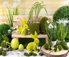 Grüne Deko für Ostern mit Ostereiern und #Osterhasen auf einer Holzscheibe und #Holzbank