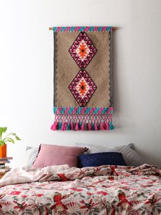 wall hanging and bed spread Motif Navajo, Weaving Wall Hanging, Wall Hangings, Boho Home, Shabby, Weaving Textiles, Bohemian Decor, Home Decor Inspiration, Decoration