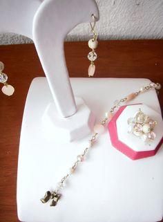 Aretes, pulsera y anillo, combinado rosita y perla...