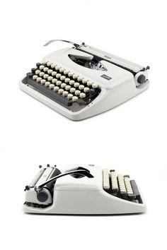 Die eleganten tragbaren 60er Schreibmaschine Tippa des deutschen Herstellers Triumph (zusammen mit Adler) produziert wurde. Es ist eine flache und