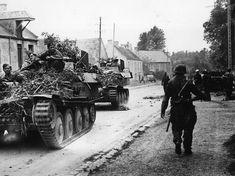 Chars légers allemands, dans la rue principale d'un village du Calvados, se dirigeant vers le front.