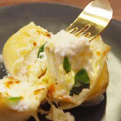 Stuffed Shells Not to sound cheesy, but we've fallen in love with these stuffed shells.Not to sound cheesy, but we've fallen in love with these stuffed shells. Healthy Dinner Recipes, Vegetarian Recipes, Healthy Food, Cheese Stuffed Shells, Chicken Stuffed Shells, Barilla Stuffed Shells Recipe, Easy Stuffed Shells, Pasta Cheese, Pasta Recipes
