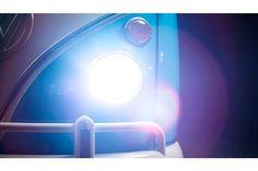 """Philips lança Desafio dos Carros Clássicos Brasileiros  Você consegue identificar um carro clássico apenas pelo formato dos faróis? Quer testar o seu conhecimento?  O Desafio dos Carros Clássicos Brasileiros está no ar e faz parte da campanha de lançamento da nova Philips CrystalVision ultra, com o chamado """"efeito xenon extra"""" nas versões H4 e H7."""