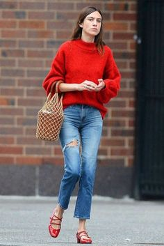 Alexa Chung revisits romance with Matt Hitt in NYC Alexa Chung revisits romance with Matt Hitt in NYC Claudia Becker-Beckmann beckerbeckmann Mode Scarlet siren The fashion designer teamed her red nbsp hellip Rote Pullover Outfit, Red Sweater Outfit, Sweater Fashion, Cardigan Outfits, 70s Fashion, Denim Fashion, Star Fashion, Fall Fashion Trends, Fashion Outfits