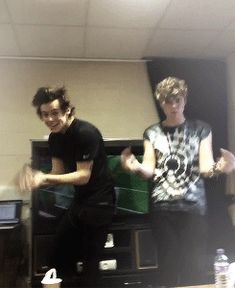 SO CUTE (GIF) just give them to me. << Ashton is dancing like a drunk girl and Harry is just being Harry