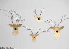 Diese lustigen Deko-Hirsche besitzen nicht nur eine flauschige Pompon-Nase, sondern auch ein Geweih aus Ästchen von Ihrem letzten Waldspaziergang.