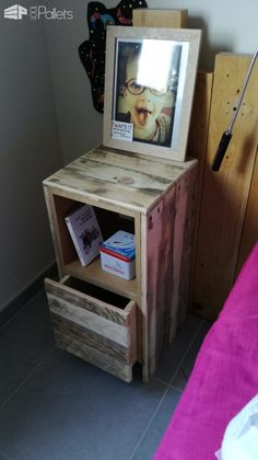 Thousands of Pallet Furniture Ideas & Projects - 1001 Pallets Pallet Bed Frames, Wood Pallet Beds, Pallet Desk, Diy Pallet Furniture, Pallet Headboards, Pallet Tables, Table Palette, Palette Diy, 1001 Palettes