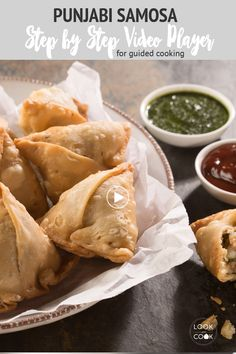 A prevalent Mumbai street food snack is Samosa. It is crispy with filling made from mashed potatoes. The best way to eat it, is to smash it and add two to three varieties of chutney.