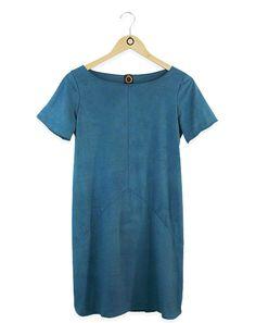 """Vestido em suede azul acamurçado com mini furinhos e recorte em """"Y"""". R$213.80"""