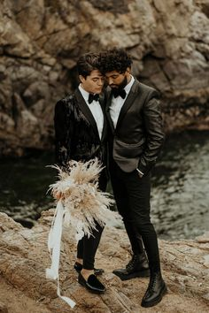 Sequin blazers + a pampas grass bouquet = elegant and free-spirited. See more from this Big Sur elopement inpso on the blog! | Image by Rylee & Co. Faux Shearling Coat, Sequin Blazer, Pampas Grass, California Style, Elopement Inspiration, Big Sur, Stunning View, Free Spirit, Wedding Blog