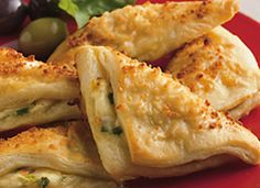 Cheese Crescent Triangles Recipe: Tender crescent bites hold a warm, cheesy filling in a crowd-pleasing appetizer. Crescent Roll Recipes, Crescent Rolls, Appetizer Dips, Appetizer Recipes, Cheese Appetizers, Cheese Recipes, Pillsbury Recipes, Pasta, Hamburgers