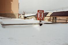 小樽 Otaru, Japan / Kodak ColorPlus / Nikon FM2 - 立人禁止,每次看到立人這兩個字我都覺到我要用躺的就可以過去了。  當然不是字面上的意思。  不過我也不太敢過去,雪堆到快和欄杆一樣高,而欄杆又不知道原本有多高。踩過去,說不定就這樣掉下去了!  Nikon FM2 Nikon AI AF Nikkor 35mm F/2D Kodak ColorPlus ISO200 8269-0020 2016-02-02 - #Kodak #ColorPlus #ISO200 #Nikon #FM2 #nikkor #35mm #Otaru #japan