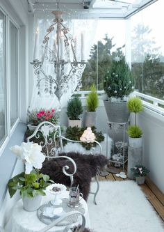 15 Inspirational DIY Christmas Balcony Design That You Can Do Yourself - Balcony garden - Balkon Small Balcony Decor, Tiny Balcony, Balcony Design, Balcony Ideas, Apartment Balcony Decorating, Apartment Balconies, Christmas Room, Christmas Flowers, Christmas Trees