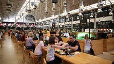 Time out market // Das Time Out Magazin hat in Lissabon eine lange Geschichte als Wegweiser für Kultur und Kulinarik. Deshalb haben die Macher mal eben eine alte Markthalle übernommen, hübsch gestylt und wiedereröffnet. Direkt am Hauptbahnhof gelegen finden sich hier unzählige Bars, Restaurants und Streetfood-Stände unter einem Dach. Wem das alles zu glattgebügelt ist, wechselt eine Halle weiter, wo ziemlich unprätentiös frisches Obst und Gemüse verkauft werden.