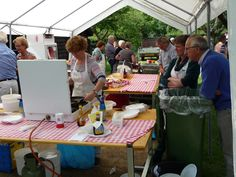 """"""" Het Eetplein """" was een groot succes. De bezoekers konden lekker smikkelen van o.a. soep, hamburgers en pannenkoeken."""
