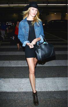 chaqueta de jeans + vestido negro + bototos