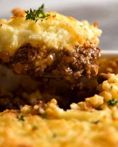 Cottage Pie Recipe video above. One of the greatest comfort foods of all time! A ground beef (mince) filling in a tasty gravy, topped with mashed potato. Make it a Shepherd's Pie simply by swapping the beef for lamb. Minced Beef Recipes, Ground Beef Recipes, Meat Recipes, Cooking Recipes, Casserole Recipes, Minced Beef Pie, Recipetin Eats, Recipe Tin, Beef Dishes