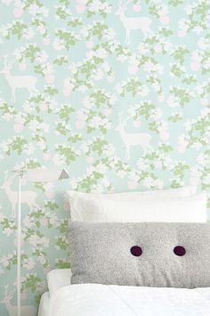Smukt non-woven tapet fra svenske Majvillan. Let at sætte op – Lim direkte på væggen. Tapetet er designet af Charlotta Sandberg. Produceret i Sverige. Miljøvenligt. 0,53x10,05 m. Rapportstr. 53x53 cm, forskudt mønsterrapport. <br><br>