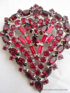 Bello, elegante y vistoso broche vintage con finos y bonitos cristales de bohemia