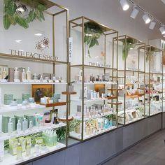 Richard Palacci Nice Retail Interior Design, Boutique Interior Design, Boutique Decor, Retail Store Design, Schönheitssalon Design, Vitrine Design, Cosmetic Shop, Cosmetic Stores, Perfume Store