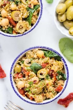 ONE-POT MEDITERRANEAN QUINOA with olives, sun dried tomatoes, spinach and chickpeas!