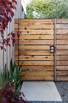 modern design for frugal folks Modern Wood Fence, Modern Fence Design, Modern Front Yard, Fence Gate Design, Privacy Fence Designs, Backyard Gates, Backyard Landscaping, Backyard Privacy, Wooden Garden Gate