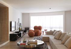 Sala decorada pelo arquiteto Guilherme Torres. Poltrona UP Series. Decoração contemporânea. Tapete de fita, sofá em L, mesa redonda.