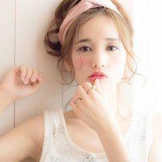 最近は眉上バングやシースルーバングなどが流行っていましたね! 眉上バング 出典:https://hair.cm シースルーバング シースルーバングは元々韓国で流行している前髪で、前髪の隙間から額が少し透けて見える前髪。日本でも、石原さとみさんや小嶋陽菜さんがやってます! 出典:http://ggfunfunfun.blogspot.jp 出典:https://instagram.com シースルーバングの次に流行するといわれている前髪が、今回紹介する「ヴェールバング」です。美容師の渡辺一正さんが考案したこの髪型は、前髪から耳にかけて、柔らかく毛束をカットする前髪です。 そうすることで、髪をおろしているときも優しい印象を与えることができます。 スタイリングは、肌にそわせるように柔らかく巻いて、 シアバターwaxをつやっぽくつけたら、より色っぽなヘアーに♡ 出典:https://airly.co ヴェールバングは伸ばしかけの前髪でもきまる! 出典:https://instagram.com…