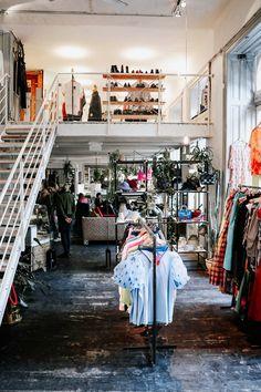 Vintage Shopping in Wien – Second Hands,Vinyls und Kaffee – Second Hand fashion Second Hand Shop, Second Hand Clothes, Vintage Market Days, Vintage Shops, Restaurant Bar, Cath Kidston, Second Hand Fashion, Cool Vintage, Vintage Style
