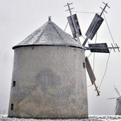 Due mulini a vento in un paesaggio innevato nella platea di Tés sui Monti Matra, 100 km a ovest di #Budapest #Ungheria