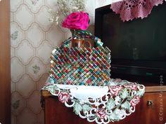 Kast Bumagoplastika: Kledij van afvalmateriaal.  Papier, snoeppapiertjes op 1 april.  Foto 2
